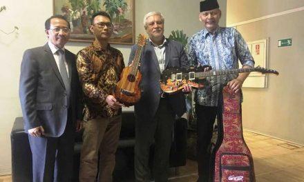 Ada Gitar Batik di Museum Moskwa – Rusia
